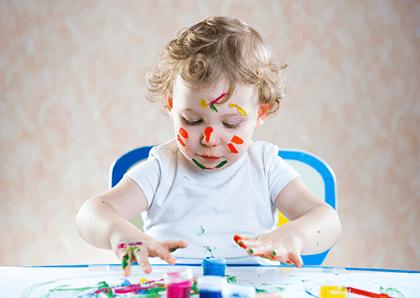 Art 4 Playkids - Menina Pintando